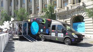 Camionul educatiei financiare a parcat in Piata Universitatii din Bucuresti