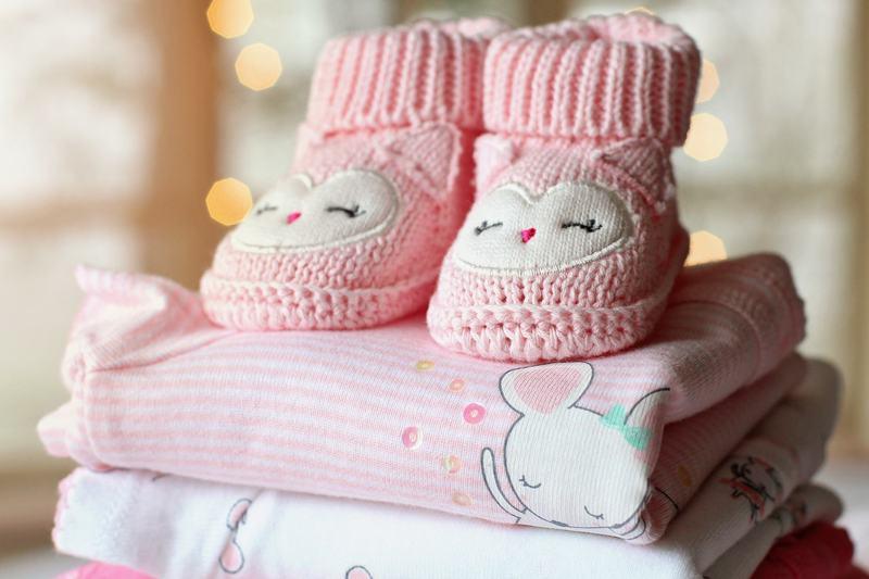 """Cum """"reciclam"""" hainele de la primul bebelus. Sfaturi pentru a le pastra ca noi, cat mai mult timp"""