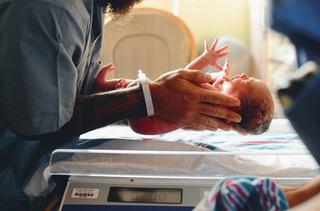 O femeie din Italia infectata cu coronavirus a nascut un copil sanatos