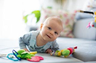 La ce varsta poate copilul sa-si tina singur capul
