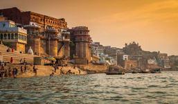 O fetita de o luna, gasita plutind pe raul Gange. Era intr-o cutie de lemn captusita cu o panza rosie