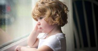 Copilul este nefericit sau a suferit o rana emotionala? Cum iti dai seama