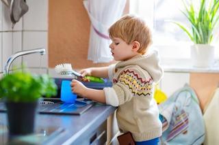 Ce treburi casnice ar trebui sa faca cei mici, in functie de varsta