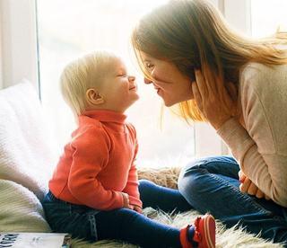 """Expertii spun ca """"baietii mamei"""" sunt mai fericiti si au mai mult succes in viata"""