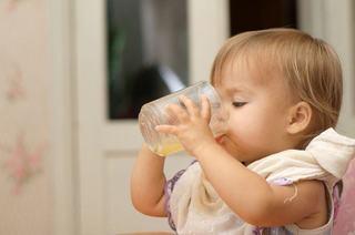 Nu exagera cu sucul de fructe! Iata ce probleme ii poate crea copilului