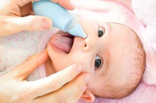 Cum sa cureti nasul nou-nascutului