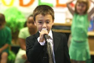 Teama de a vorbi in public la copil, cum il ajuti?