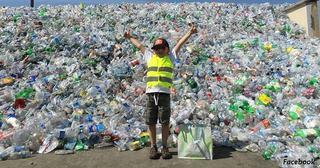La 9 ani are propria lui firma de reciclare. Pana acum a strans 500.000 de sticle. De ce face acest lucru
