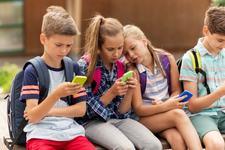 Copiii pierd 26 de minute de somn pentru fiecare ora pe care o petrec  pe telefonul mobil