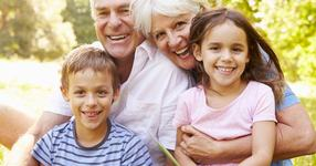 Bunicii ar putea primi bani de la stat pentru a avea grija de nepoti