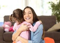 Un copil are nevoie de 12 imbratisari pe zi. Efectele sunt nebanuite