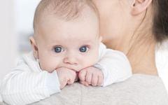Cinci semne care iti spun ca bebelusului tau ii este foame. Nu trebuie sa astepti sa planga