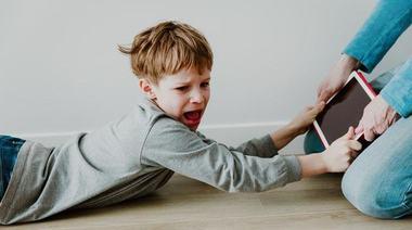 9 comportamente care arata ca un copil este dependent de tableta sau telefon