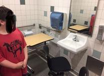 Nu este farsa! Un copil cu autism a fost obligat sa studieze in baia scolii