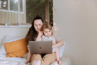 Si mamele ocupate pot petrece timp de calitate cu copilul. Sfaturi pentru a te conecta mai bine cu cel mic