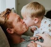 Un psiholog explica de ce NU este bine sa-ti pupi copilul pe buze