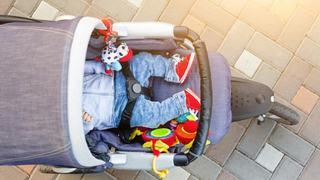 Un barbat si-a abandonat copilul de 1 an si jumatate intr-o parcare dupa ce s-a certat cu mama micutului