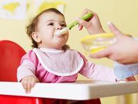 """O noua avertizare de la OMS: """"Mamele incep diversificarea prea devreme"""""""