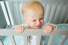 Bebelusului ii este teama sa doarma in patut? Ce inseamna asta si cum il poti ajuta