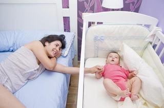 Copiii trebuie sa doarma cu parintii in primul an de viata (dar nu asa cum ai crede)