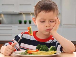 4 strategii sa faci copilul mofturos sa manance