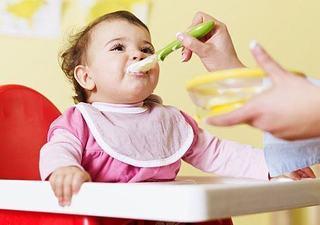 Introducerea alimentelor solide la bebelusi, cat de des mai trebuie alaptat?