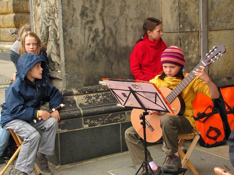 Studierea instrumentelor muzicale, varsta potrivita si beneficii