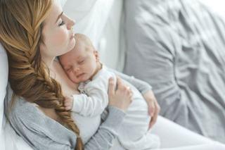 De ce bebelusii vor non-stop in brate la mami