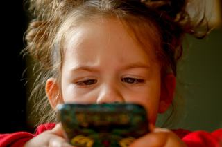 Prezenta tehnologiei in viata copiilor. Cand devine periculos timpul petrecut in fata ecranelor