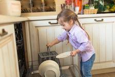 Ce treburi casnice poate face copilul tau, in functie de varsta