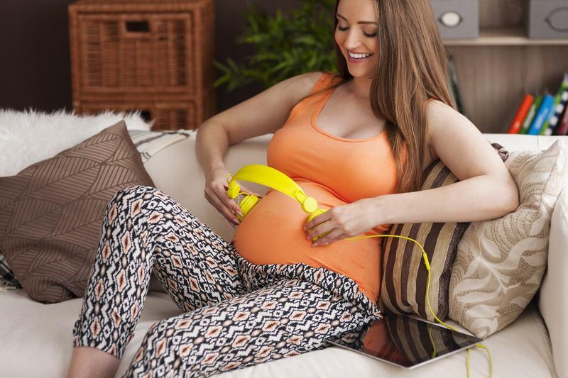 Ce aude bebelusul in burtica mamei. Cum il influenteaza sunetele pe care le percepe