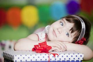 3 pasi simpli prin care cel mic va ajunge sa indrageasca darul pe care i l-ai pregatit
