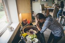STUDIU: Munca mamelor pare invizibila pentru multi, iar asta le afecteaza sanatatea mentala