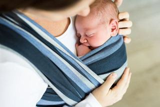 Cum ne purtam corect copiii in sisteme de purtare ergonomice?