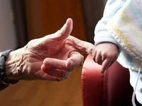 Cum s-a imbracat o bunica pentru a-si putea imbratisa nepotul care plangea de dorul ei