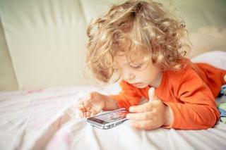 Ce trebuie sa stii inainte sa-i cumperi copilului un telefon. 4 aspecte esentiale de luat in calcul