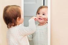 Copilul tau vorbeste singur in timp ce se joaca? Este un lucru foarte BUN pentru el