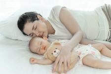 Nou-nascutii nu ar trebui sa doarma singuri - inima lor cere apropierea parintilor