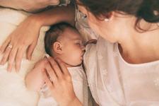 Ce sa faci daca bebelusul adoarme in timp ce il alaptezi