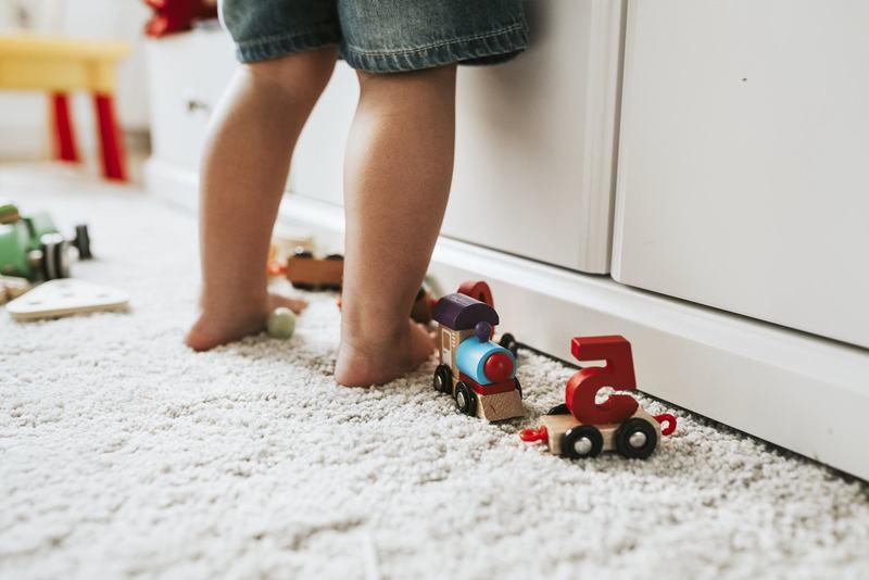 Mirosul neplacut al picioarelor la copii. Din ce cauza apare si cum poti evita problema