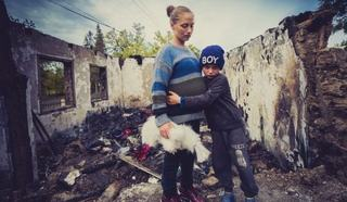 Un baietel de 7 ani si mama insarcinata, in lacrimi dupa ce casa le-a fost distrusa dupa un incendiu