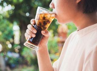 Studiu: O cana de suc cu acid, pe zi, te poate imbolnavi de cancer de colon