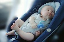Pediatrii AVERTIZEAZA asupra riscului de a lasa bebelusii sa doarma in scaunul auto