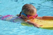 Inotul, sportul ideal pentru copii. 13 beneficii dovedite pentru cei mici
