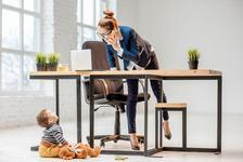 Sondaj: mamicile muncesc cat pentru 2 joburi si fac fata cu brio!