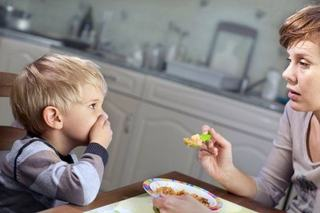 Obligi copilul sa manance? Specialistii avertizeaza ca este o mare greseala