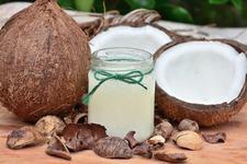 Uleiul de cocos face minuni pentru bebelusi. Sase utilizari de care nu stiai pana acum