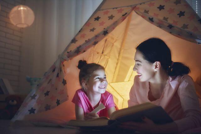20 de idei ca sa te conectezi cu copilul inainte de culcare