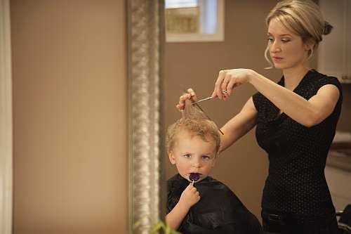 Prima vizita a copilului la salonul de tuns. Ce masuri trebuie sa iei?