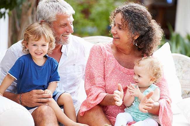 Motivele pentru care ar trebui sa il trimiteti pe cel mic in vacanta la bunici